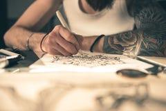 Manlig skapande bild vid blyertspennan Arkivbilder