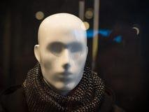 Manlig skyltdocka på en mörk bakgrund av ett shoppafönster Arkivbilder