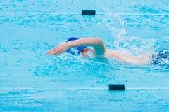 manlig slaglängd för simmaresimningfristil i simbassäng Royaltyfri Bild