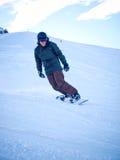 Manlig snowboarder med hjälmen Royaltyfri Bild