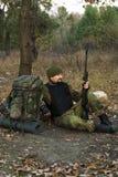 Manlig soldat med ett gevär Royaltyfria Bilder