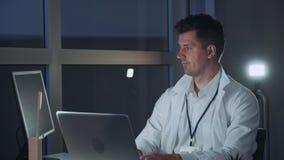 Manlig specialist i elektronik som arbetar på datoren i modern labb Yrkesmässig handstil på att programmera kod stock video