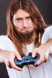 Manlig spelarefokus på leklekar Arkivfoto