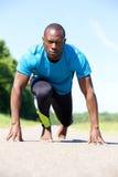 Manlig sportman i den startande positionen för ett lopp Royaltyfri Fotografi