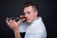 Manlig stående för kock med hans kniv royaltyfri foto