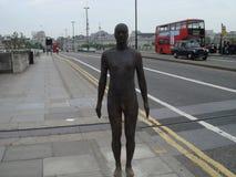 Manlig statyWaterloo bro London Arkivbilder