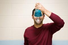 Manlig student som utför ett experiment fotografering för bildbyråer