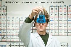 Manlig student som utför ett experiment arkivbilder
