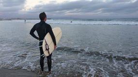 Manlig surfare på solnedgången Arkivfoton