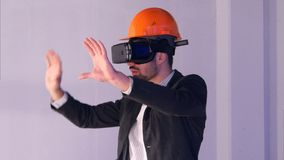 Manlig tekniker i hardhat med VR-exponeringsglas som planlägger konstruktionsprojekt Royaltyfri Fotografi