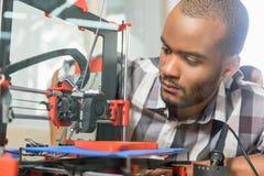 Manlig tekniker som använder printing 3d Royaltyfri Foto