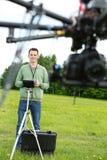 Manlig teknikerFlying UAV Octocopter arkivfoto