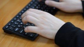 Manlig text för handnärbildtryck på tangentbordet stock video
