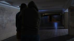 Manlig tjuv som stjäler påsen från kvinna i gångtunnel lager videofilmer
