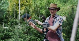 Manlig trädgårdsmästare som talar på kamera lager videofilmer