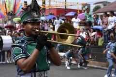 Manlig trumphet för lek för musikbandmedlem på gatan under den årliga mässingsmusikbandutställningen Royaltyfri Foto