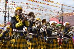 Manlig trumphet för lek för musikbandmedlem på gatan under den årliga mässingsmusikbandutställningen Royaltyfria Foton