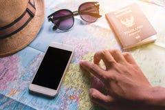 Manlig turist- planläggning Royaltyfria Bilder