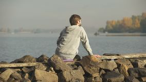 Manlig tyckande om flodsikt, ensamhet och meditation som finner inspiration, yoga arkivfilmer