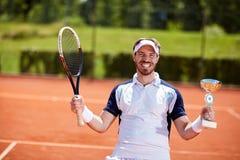 Manlig vinnare i tennismatch Royaltyfri Fotografi