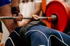 manlig weightlifterkonkurrens som powerlifting Arkivfoto