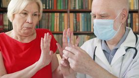 Manlig yrkesmässig doktor på arbete Hög läkaredanandeinjektion till patienten vid injektionssprutan hemma lager videofilmer