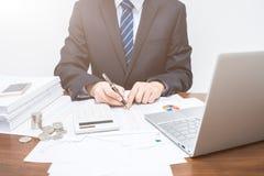 Manliga affärsmän som redovisar för data i tabellform royaltyfri fotografi