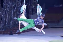 Manliga akrobater repeterar Royaltyfria Bilder