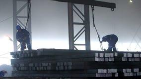 Manliga arbetare arbetar i gjuterit lager videofilmer