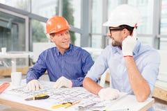 Manliga arkitekter för professionell som två arbetar på ett nytt Arkivbild
