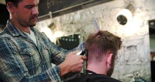 Manliga Barber Giving Client Haircut In shoppar lager videofilmer