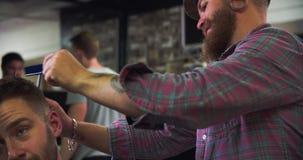 Manliga Barber Giving Client Haircut In shoppar arkivfilmer