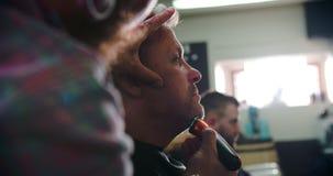 Manliga Barber Giving Client Shave In shoppar stock video
