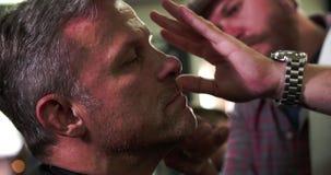 Manliga Barber Giving Client Shave In shoppar lager videofilmer