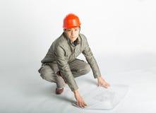 Manliga byggnadsarbetare- och skissaritningar Royaltyfria Bilder