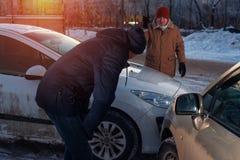Manliga chaufförer på stadsgatan efter bilkrasch Royaltyfri Bild