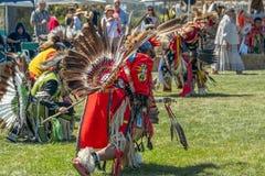 Manliga dansare för indian på powen-Wow i Malibu, CA arkivbilder