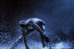 Manliga dansare i regnet Royaltyfri Foto