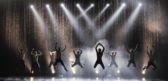 Manliga dansare i regnet Fotografering för Bildbyråer