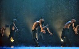Manliga dansare i regnet Arkivbilder
