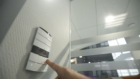 Manliga dataströmbrytare på kontrollbordet av ditt smarta hem arkivfilmer