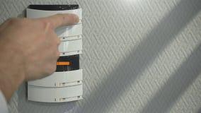 Manliga dataströmbrytare på kontrollbordet av ditt smarta hem stock video