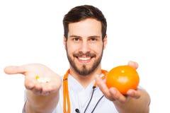 Manliga doktorsvisningapelsin och preventivpillerar royaltyfria foton