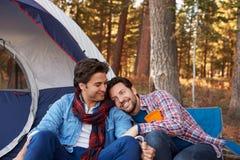 Manliga glade par på Autumn Camping Trip Royaltyfria Bilder