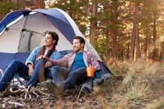 Manliga glade par på Autumn Camping Trip Royaltyfria Foton