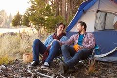 Manliga glade par på Autumn Camping Trip arkivfoton