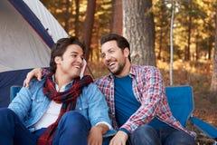 Manliga glade par på Autumn Camping Trip arkivbilder