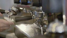 Manliga händer fäster kaffebryggaren för att förbereda 4K lager videofilmer