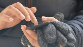 Manliga händer genom att använda den smarta telefonen arkivfilmer