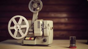 Manliga händer inkluderar en gammal filmprojektor stock video